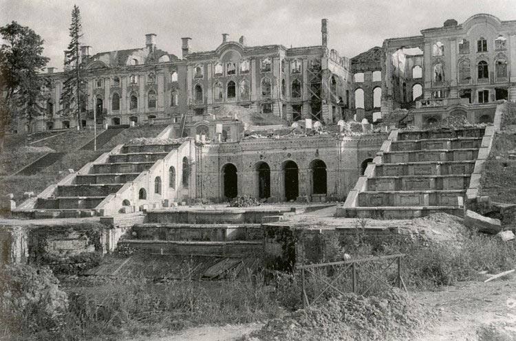 Руины Большого Петергофского дворца