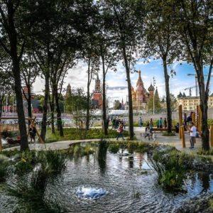 Парк Зарядье в Москве: общественная среда рядом с Кремлем