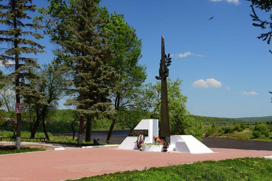 Обелиск Славы воинам-тарусянам, погибшим в боях за Родину в 1941-1945 гг