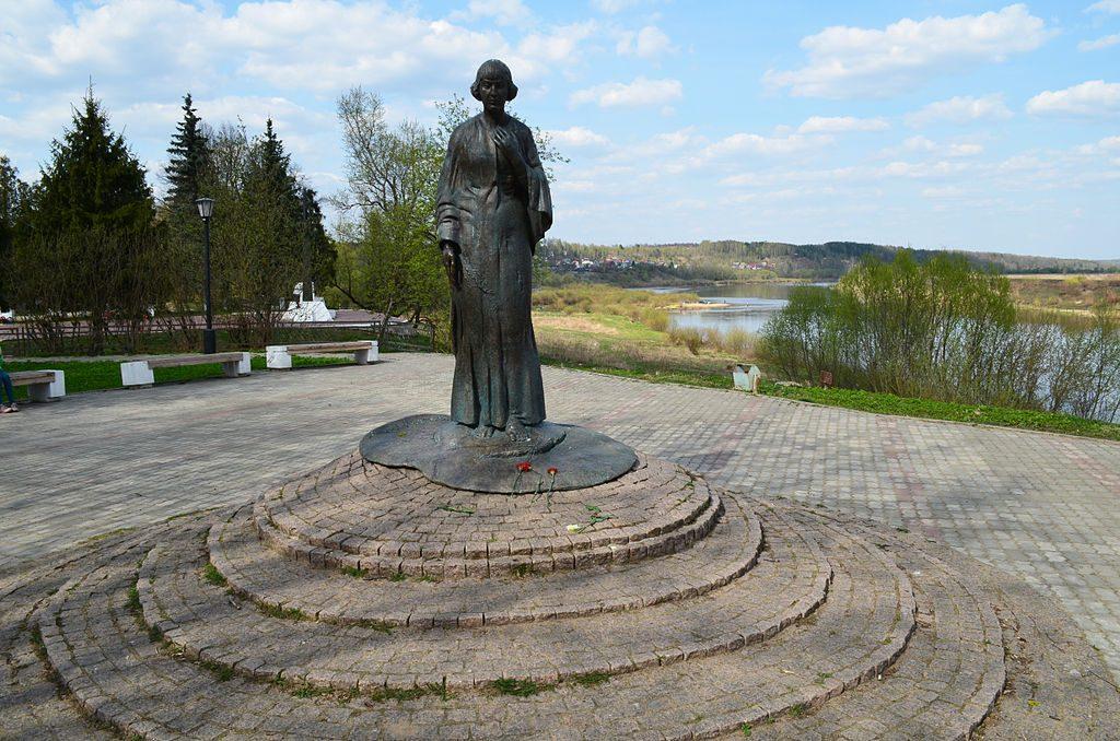 Памятник Марине Цветаевой в Тарусе