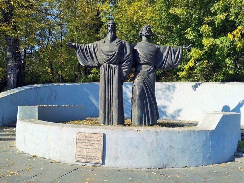 Памятник основателям Череповца Афанасию и Феодосию