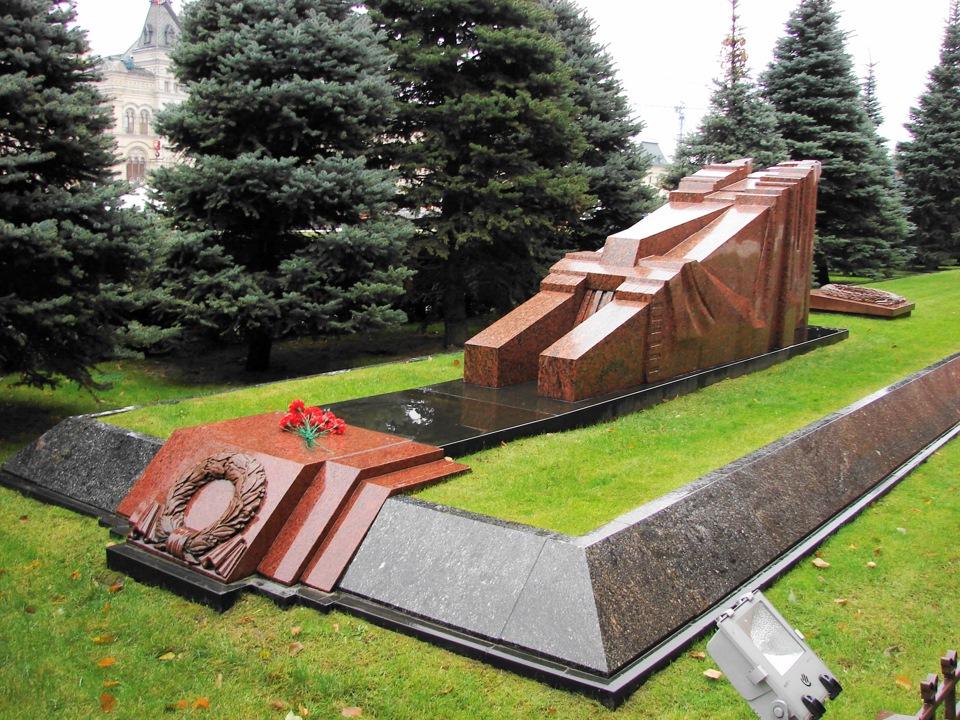 Братская могила у кремлевской стены