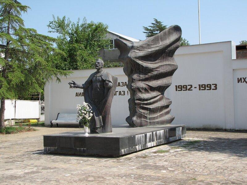 Гудаута Памятник защитникам Родины