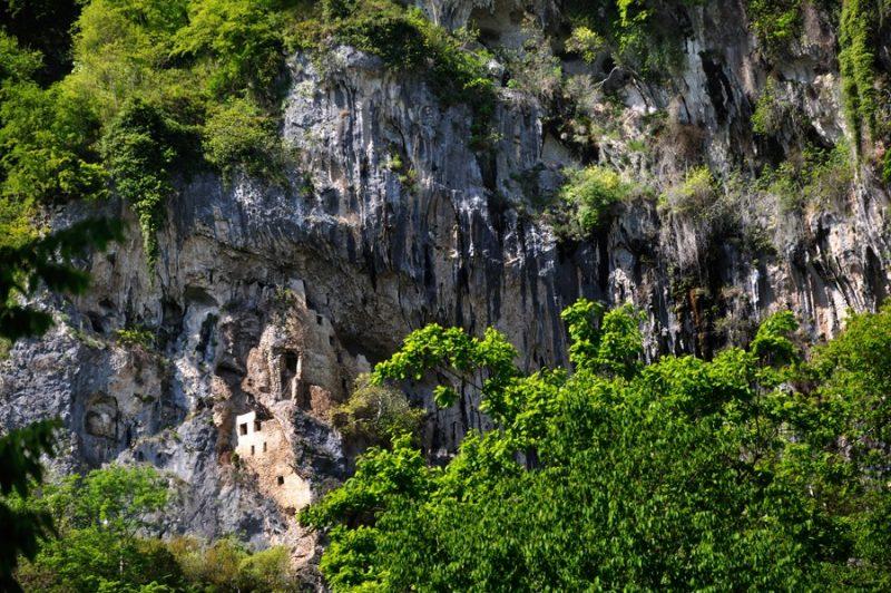 Скальный монастырь в селе Отхара