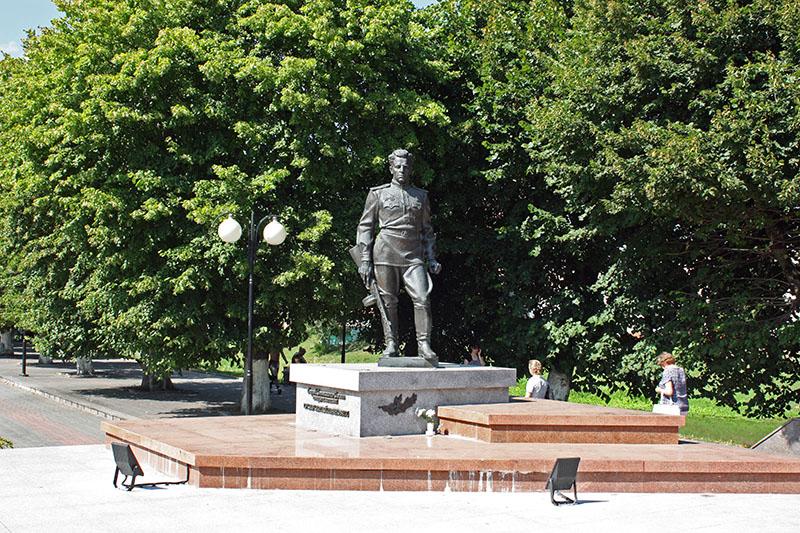 Памятник Гусеву