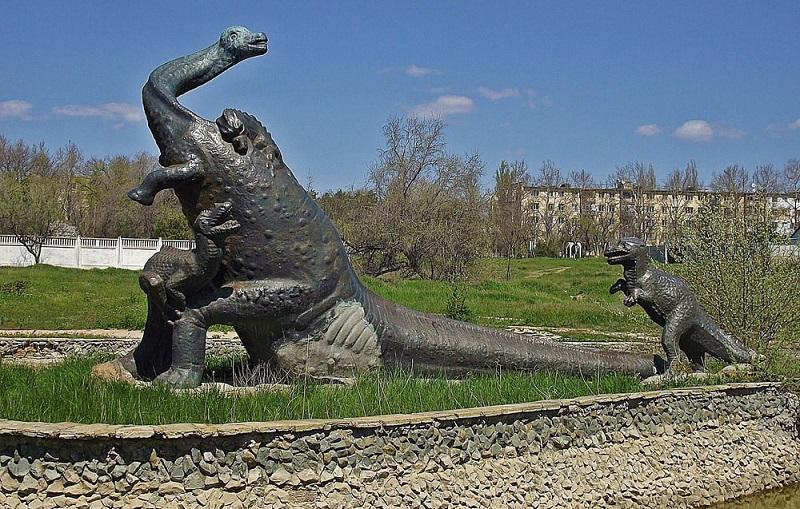 Памятник динозаврам Саки