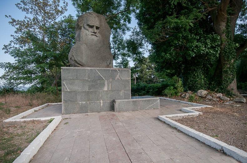 Памятник Льву Толстому Александрия