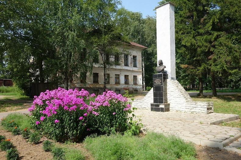 Памятник Ушакову в Тутаеве