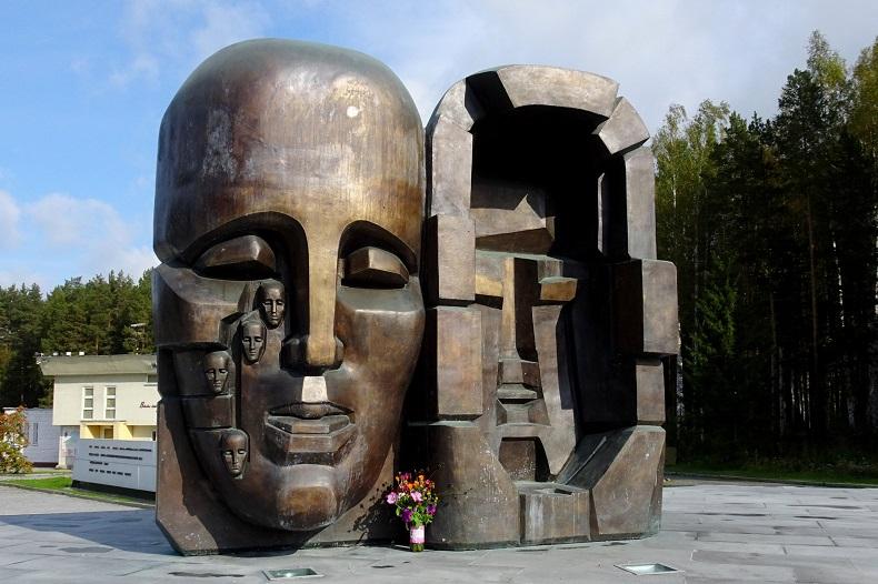 Памятник маски скорби Екатеринбург