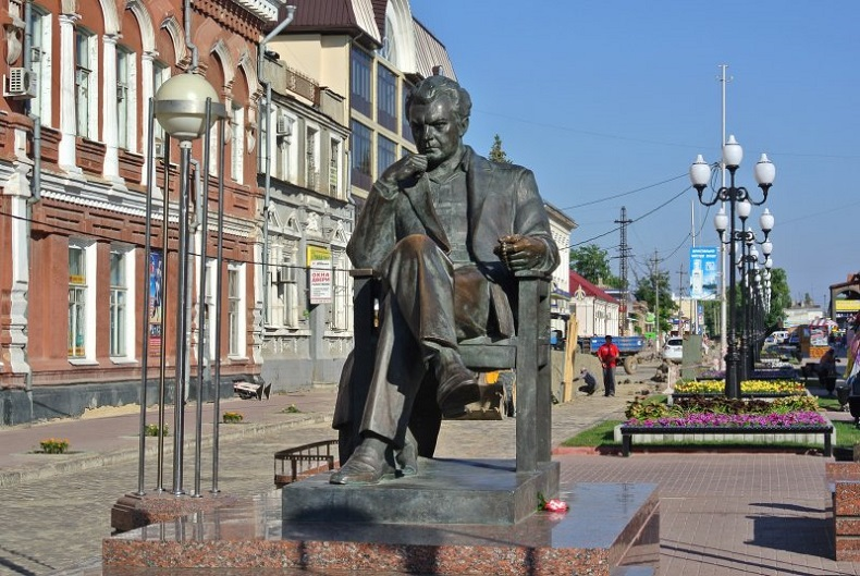 Памятник Сергею Бондарчуку