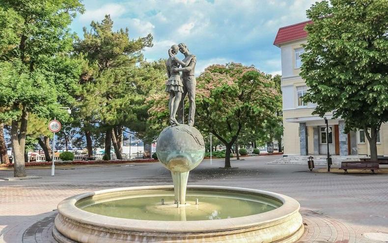 Влюбленные серца фонтан в Геленджике