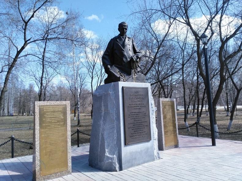 Памятник Л. И. Брусницыну