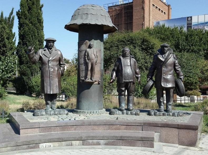 Памятник героям фильма «Мимино» Грузия