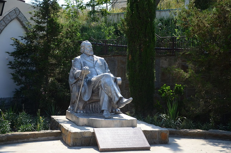 Памятник Льву Голицыну Новый Свет